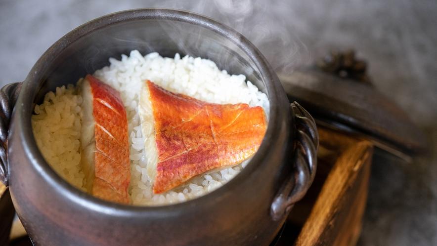 ほかほか炊き立て!金目鯛の旨味がたっぷり染み込んだ人気の釜飯