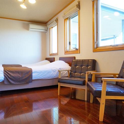 [101]2F:ベッドサイドにはお部屋でゆったりとくつろげる椅子をご用意