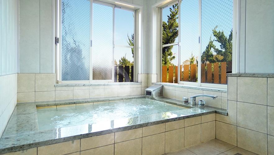 窓を開ければ心地よい風が吹き込む伊豆高原温泉の客室風呂。ご夫婦でご家族で、ゆったり楽しめるお風呂