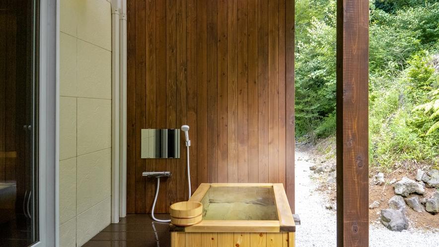 1F天然ヒノキの露天風呂付客室。シャワーブースに広々テラスを配しました。