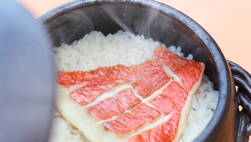 金目鯛の切り身を贅沢にも1枚使った人気の釜飯