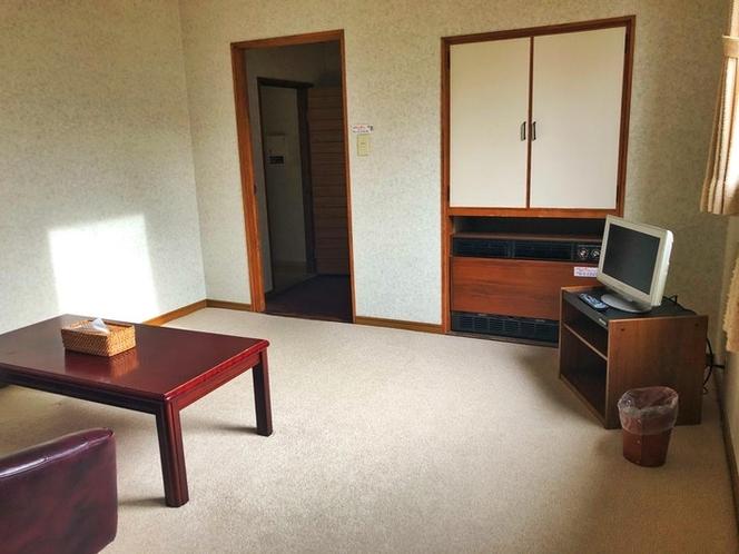 リビングスペースです。3名様以上でお泊まりの場合は椅子と机を動かし、そちらにお布団を敷かせて頂きます