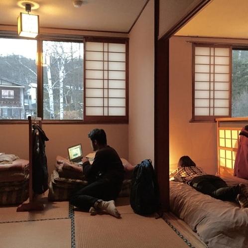 14畳の和室に間仕切りを設けた5名定員の男女混合相部屋です。
