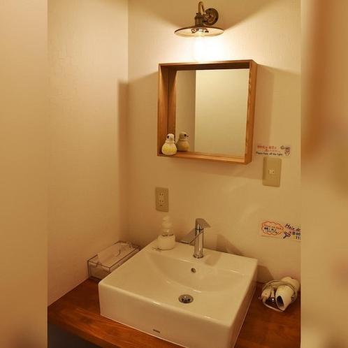 共用の洗面台です。お部屋の中にも洗面台がございます。