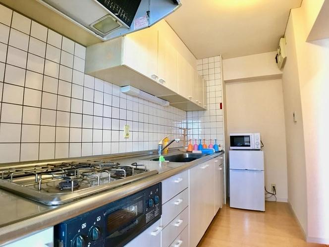 広めのキッチン。3口ガスコンロ。