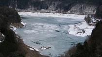 *周辺景観 当館周辺の景色。冬は付近の川が凍ります。
