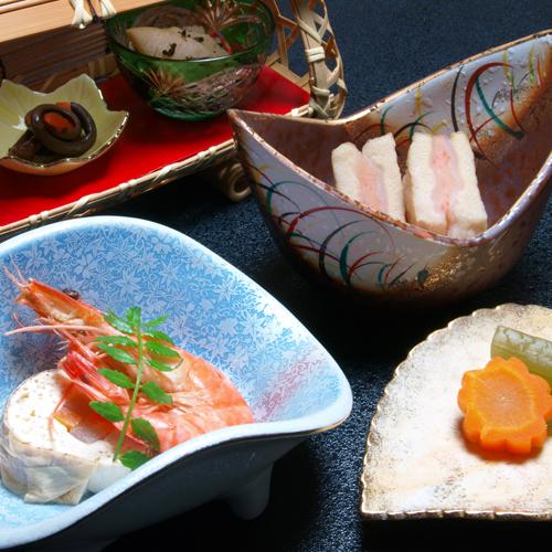【夕食一例】味もさることながら、盛り付けられる器にも趣を凝らしております。