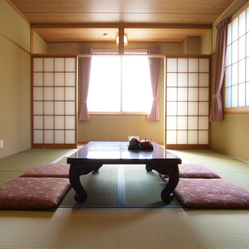 【和室2〜4名様】明るく、ゆったりと寛げるお部屋をご用意いたします。