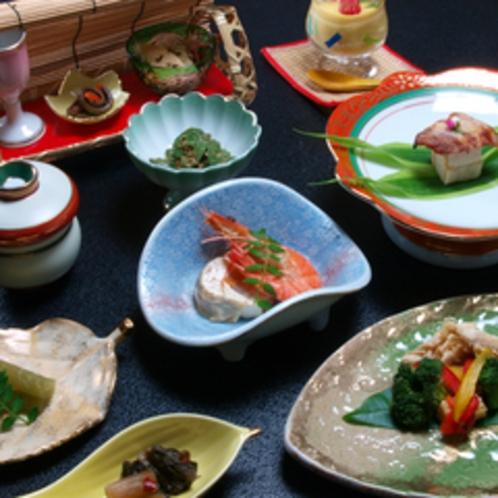 【夕食一例】旬の素材にこだわった料理をご用意いたします。