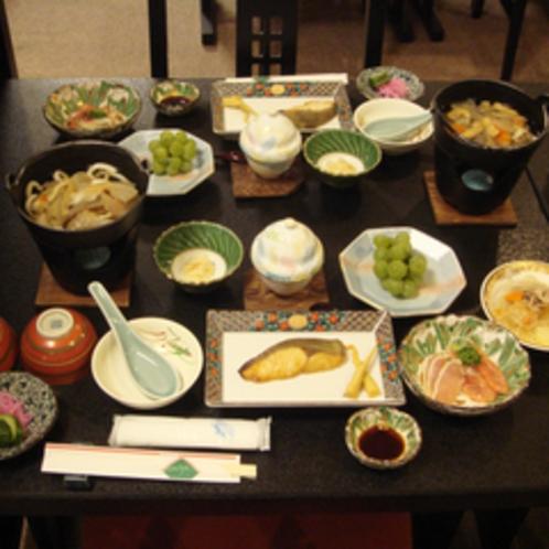 【夕食全体例】白馬のきれいなお水で育てた地元白馬産のお米とお野菜を使用しています。