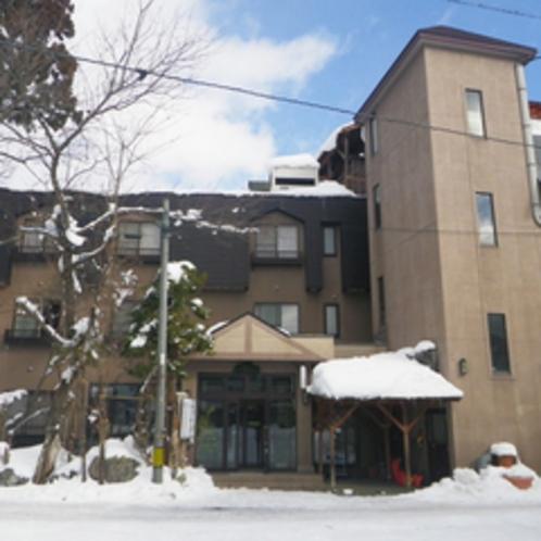 *【外観(冬)】登山口やスキー場は、いずれも当館から徒歩圏内の絶好の立地です。