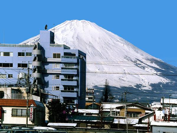 湯山ビルと富士山