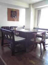 4階402室のダーツのあるお部屋と囲炉裏テーブル