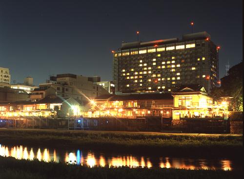 夏の川床と京都ホテルオークラ外観