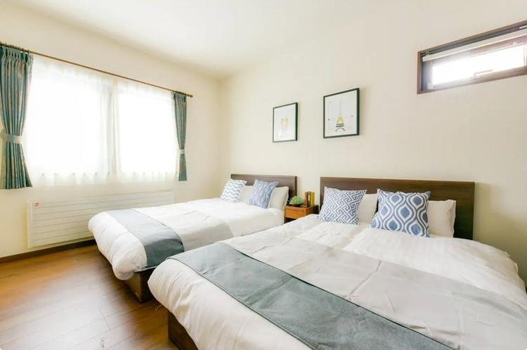 寝室にはダブルベッド(195 cm×140 cm)2台