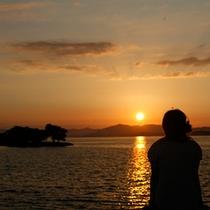 ●宍道湖の夕日女性の影