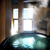 貸切風呂(一例)/大量の湯の花が舞うことで白濁して見える自慢の温泉を貸切で。