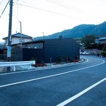 宮浜温泉の看板を目印に入ると、まずは別邸が見えてきます。