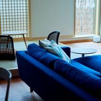 【藍】座り心地の良いソファーに腰掛け、テレビをご覧いただけます。