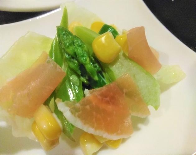 朝食一例 アスパラと生ハムのサラダ