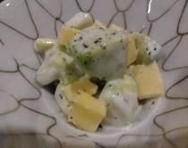 朝食一例 アボガドのチーズヨーグルト和え