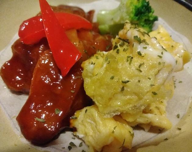 朝食一例 地鶏の照焼とハーブエッグ