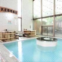 殿湯:広々とした大浴場は、豊富な湯量の天然温泉。源泉をこんこんと掛け流している贅沢な温泉です。