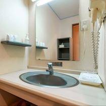 本館和室【洗面台】広々ミラー設置で身だしなみも整えやすく、水は菊池の地下水、お湯は温泉が出てきます。