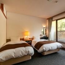 西館和洋室【バス・トイレ付】ベッドもリニューアルし、より心地よいお部屋でおくつろぎくださいませ。