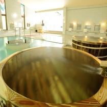 殿湯:ステンドグラスから差し込む明るい大浴場には当館自慢の酒樽風呂を男女とも完備しています。