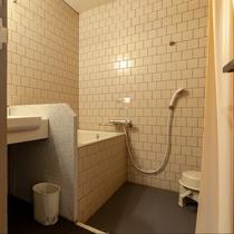 西館和洋室:お風呂は全て温泉を使用。菊池ならではの豊富な湯量だからこその贅沢をご体感ください。