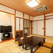 本館和室【バス・トイレ付】冷蔵庫やテレビも完備。我が家でくつろいでいるかのような心地よさです。