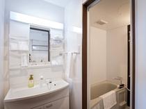 【ダブルルーム・27㎡】明るい洗面台とバスルーム