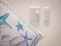 ベッドサイドには便利なコンセントと調光スイッチを配置