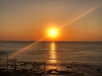 サンライズ・オーシャンのお部屋から見た朝日(5F)。海辺まで散歩し海岸から楽しむのもGOOD!