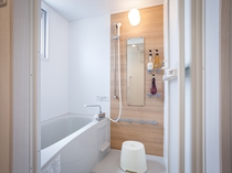 快適なバスルーム、トイレ個室とは別々の造りでゆっくりと。
