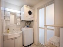 【全室共通】脱衣所には洗濯機、ガス乾燥機、粉洗剤、洗濯ロープもご用意