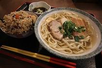 与那原家(車で6分)自家製麺を使用した沖縄そば専門店。煮付定食や与那原家自慢のジューシーも。