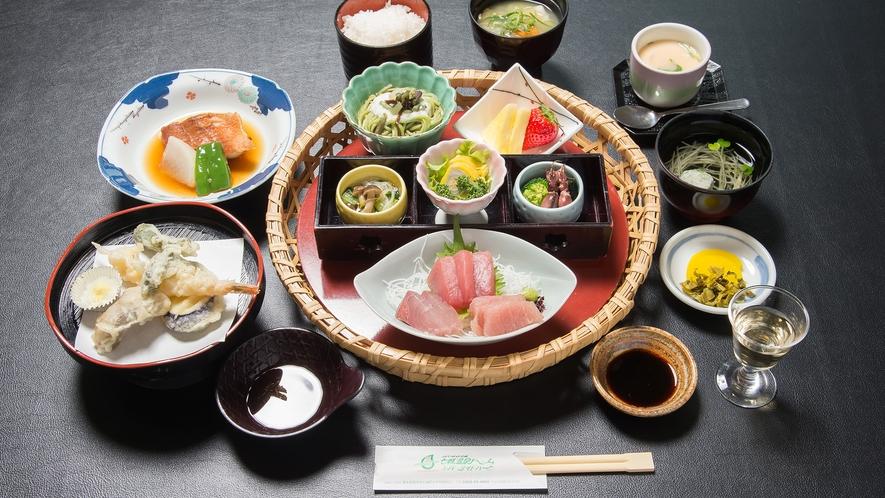 *夕食一例。ご夕食は旬の素材と、郷土料理でおもてなし♪