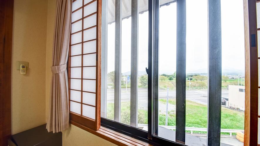 *【和室一例】お部屋からの景色。広めの窓から外の様子を眺めることもできます!