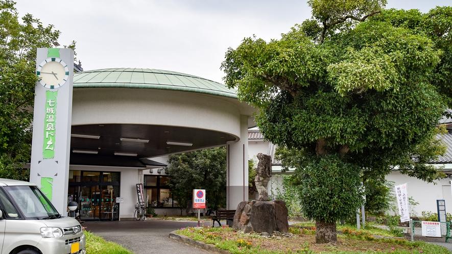 *【外観】菊池平野の中央にある、城を模した外観が目を引く公営の温泉施設。