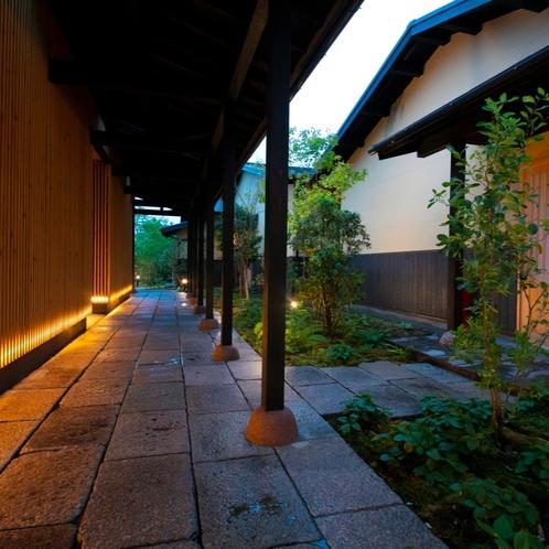 ■御宿 田 離宮 / エントランス■ 夜は静寂に包まれる。全7室のプライベートリゾート。