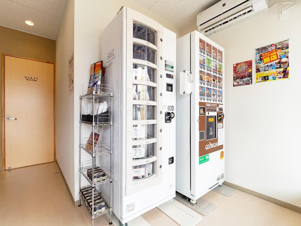 ホテルフロントにはアメニティーとドリンクの自動販売機があります。