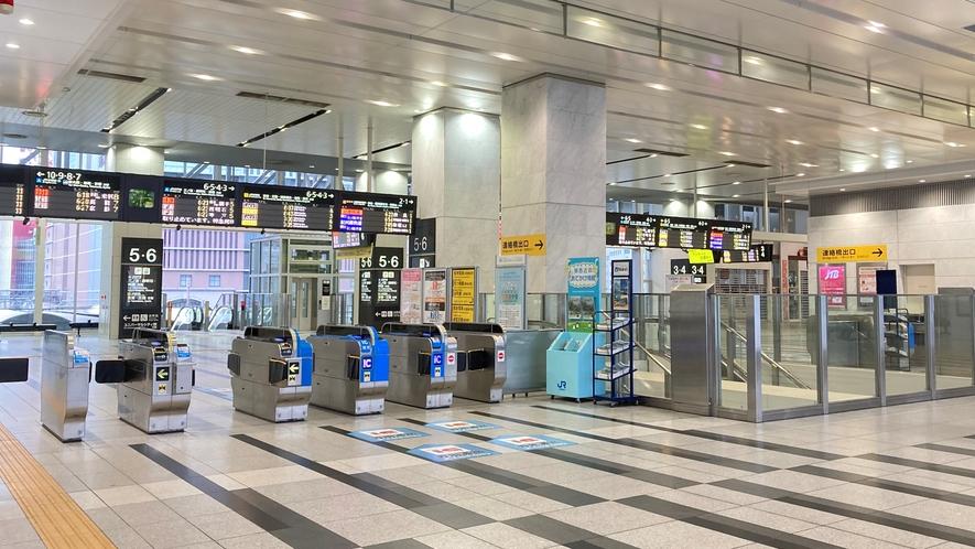 ①JR「大阪駅」3階連絡橋口改札