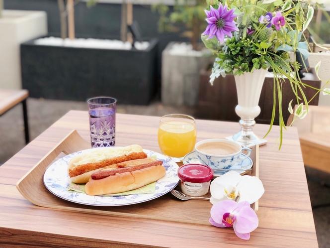 宿泊者専用バーラウンジで毎朝ご提供している有名パン屋さんのパン(全て無料!)