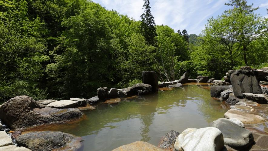 【大浴場】「山月の湯」露天…視界を遮るもののない野趣溢れる露天風呂からは四季折々の絶景が愉しめます。