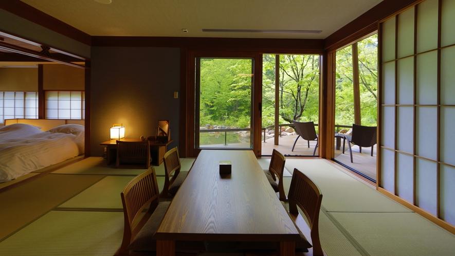 【離れ】天の坐「嵐亭」客室一例。解放感溢れる大きな窓から望む四季折々の庭園風景は天の坐の魅力の一つ。