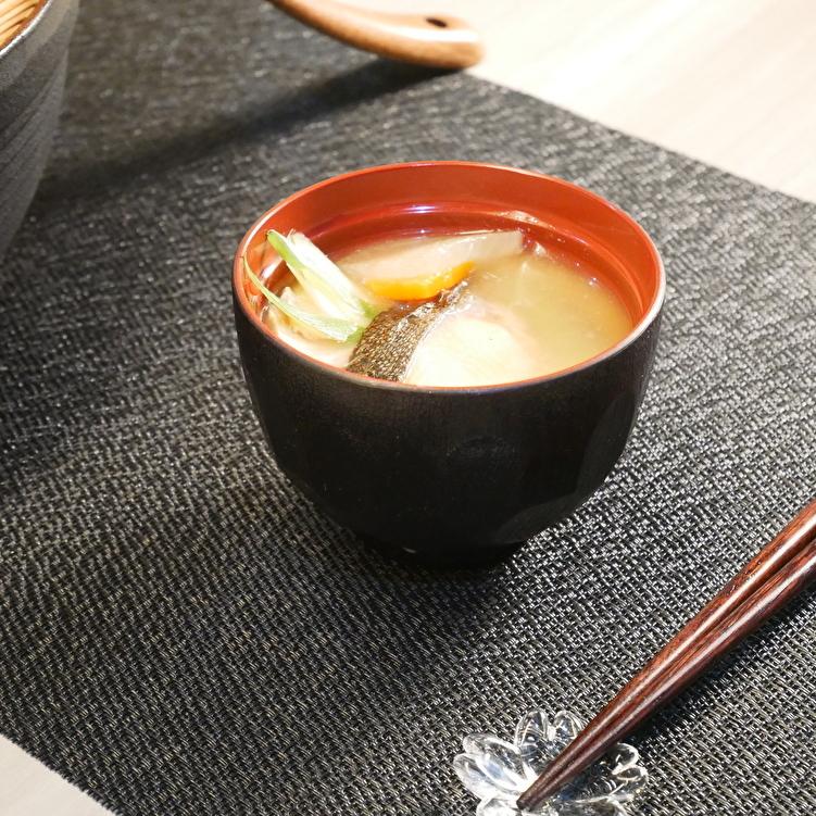 【朝食】北海道名物、バターが効いた石狩汁。漁師の賄い飯、やみつき間違いなし。(一例)