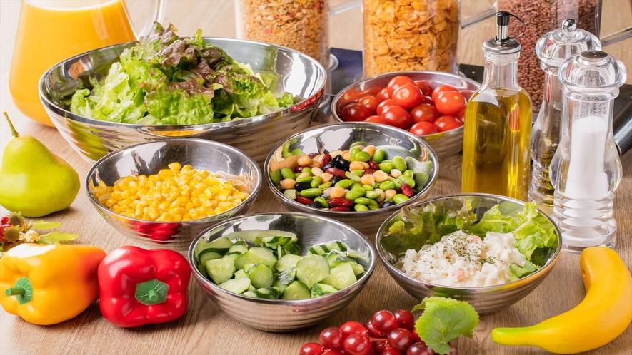 【朝食】新鮮野菜のサラダコーナー。トッピングも複数用意しております。(一例)