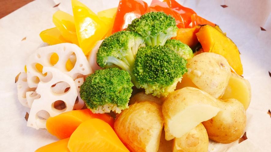 【朝食】温野菜をご用意しております。スープカレーをかけて召し上がれ(一例)